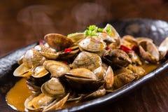 Kryddiga stekte musslor Arkivfoto