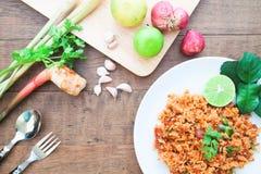 Kryddiga stekte ris för thailändsk mat med ingredienser på den wood tabellen, över huvudet sikt Fotografering för Bildbyråer