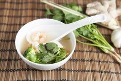 Kryddiga thailändska Tom Yam Soup, med ingridients i bakgrunden Royaltyfria Bilder