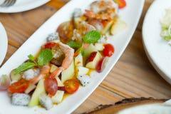 Kryddigt av frukt och havs- sallad royaltyfri fotografi