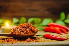 Kryddigt för peppar för röd chili varmt på ett trä Chili som torkas på träskeden Royaltyfri Foto
