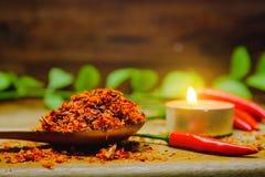 Kryddigt för peppar för röd chili varmt på ett trä Chili som torkas på träskeden Arkivfoto