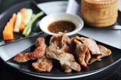 Kryddigt grillat griskött med ris royaltyfri bild