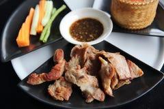 Kryddigt grillat griskött med ris arkivbild