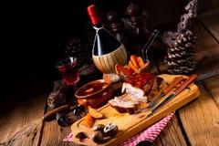 Kryddigt grillat kött med champinjonsås i ugnen arkivbilder