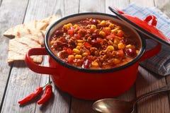 Kryddigt Meaty recept på den röda krukan som förläggas på tabellen royaltyfri fotografi
