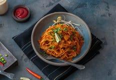 Kryddigt meegorengmamak, malaysian eller singaporeanen stekte nudlar med ketchup och chili fotografering för bildbyråer