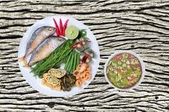 Kryddigt räkadegdopp som Nam Prik Kapi i thailändskt som tjänas som med djupt arkivbilder