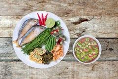 Kryddigt räkadegdopp som Nam Prik Kapi i thailändskt som tjänas som med djupt royaltyfri fotografi