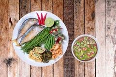 Kryddigt räkadegdopp som Nam Prik Kapi i thailändskt som tjänas som med djupt royaltyfri foto