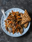 Kryddigt stekt nötkött wokar med morötter på en mörk bakgrund, bästa sikt royaltyfri fotografi