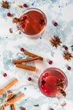 Kryddigt te med tranbäret arkivfoto