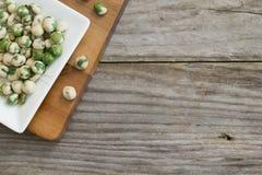 Kryddigt wasabimellanmål på den vita plattan, på träbakgrund royaltyfri foto