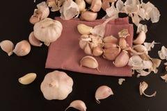 Kryddnejlikor av vitlök som i rad arrangera i rak linje över Arkivfoto