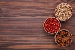 Kryddor blandar på en brun träbakgrund Top beskådar arkivbild