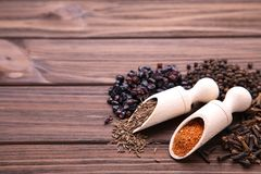 Kryddor blandar på en brun träbakgrund Top beskådar arkivfoto