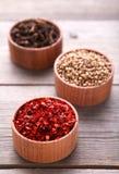 Kryddor blandar på en grå träbakgrund Top beskådar royaltyfri bild