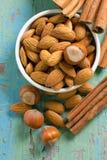 kryddor för hasselnötter för mandelarom kanelbruna Royaltyfria Foton