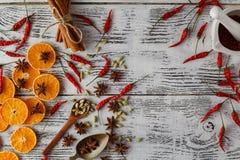 Kryddor för hed- och örtingrediensmatlagning på trätabellen Fl fotografering för bildbyråer