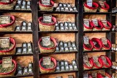 Kryddor, frö och te sålde i en traditionell marknad i Granada Royaltyfri Foto