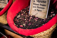 Kryddor, frö och te sålde i en traditionell marknad i Granada, S Royaltyfri Bild