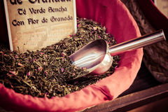 Kryddor, frö och te sålde i en traditionell marknad i Granada, S Arkivfoto