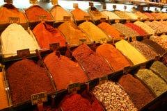 Kryddor i den storslagna basaren Istanbul arkivbilder
