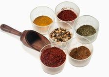 Kryddor i en glass bunke på en vit bakgrund Royaltyfria Foton