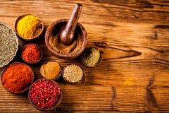 Kryddor i indonesiska träbunkar Royaltyfria Bilder