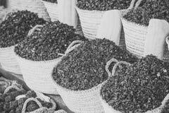 Kryddor i korgar Torr ört för hibiskus i korgar Arkivfoton