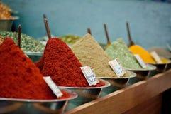 kryddor i marknaden Arkivfoton