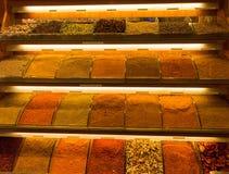Kryddor i marknaden i Istanbul arkivfoton
