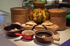 Kryddor i olika typer av krukor, krus och små säckvävsäckar med dunkel belysning för dekorativ skärm ämnar Arkivfoton