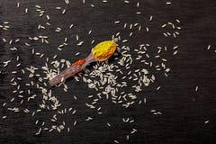Kryddor i skedar på svart bakgrund royaltyfri foto