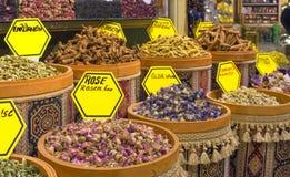 Kryddor i till salu krukor - Kemer, Turkiet royaltyfri foto