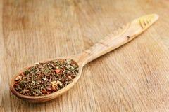 Kryddor i träsked arkivbilder