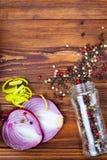 Kryddor inramar på trätabellen arkivfoton