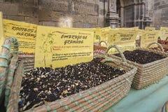 Kryddor lagrar på den populära marknaden i Granada Arkivfoto