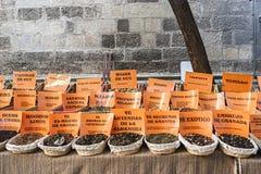 Kryddor lagrar på den populära marknaden i Granada Fotografering för Bildbyråer