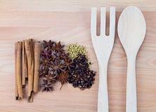 Kryddor med redskapet på wood bakgrund Fotografering för Bildbyråer