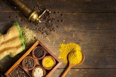 Kryddor och örtar på trä bordlägger royaltyfri bild