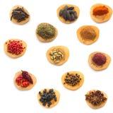 Kryddor och örtar som isoleras på white Arkivfoton
