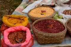 Kryddor och frö på försäljning Thaung Tho byveckomarknad Inle sjö myanmar royaltyfria foton