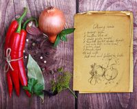 Kryddor och gammal receptbok Royaltyfria Foton