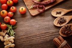 Kryddor och grönsaker i förväntan av matlagning Royaltyfri Fotografi