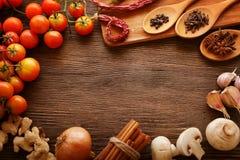 Kryddor och grönsaker i förväntan av matlagning royaltyfri foto