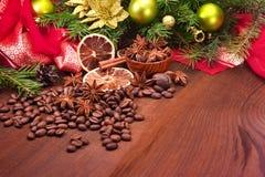 Kryddor och julgran med garneringar Royaltyfri Foto