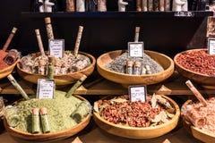 Kryddor och saltar på skärm i en fransk supermarket Paris franc arkivfoton