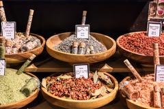 Kryddor och saltar på skärm i en fransk supermarket Paris franc royaltyfria foton