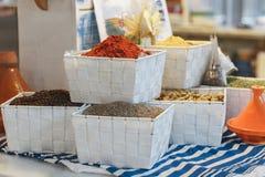 Kryddor och smaktillsatser i vita korgar Arkivfoton